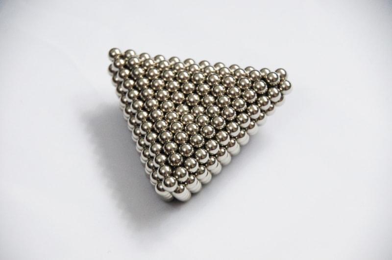 Dreispitz aus Magnetkugeln
